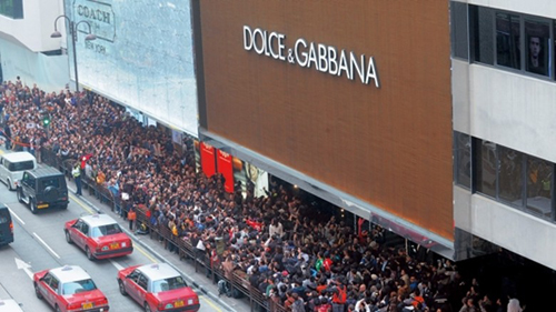 Gần 1.000 người tụ tập trước cửa hàng ở Hong Kong phản đối
