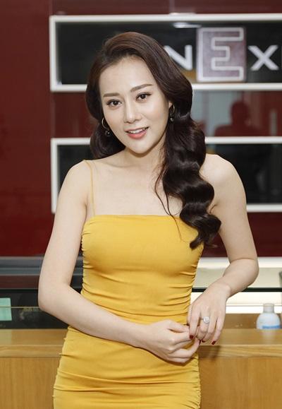 Nữ diễn viên cùng các nghệ sĩđến thăm tòa soạn VnExpress giữa tháng 11. Phương Oanh cho biết cô không định hình một phong cách nào mà mặc theo ngẫu hứng. Hiện gương mặt cô thon gọn hơn trước, cằm dài hơn, mũi và mí mắt sắc nét.