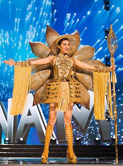 Bộ váy Nàng Mây của Lệ Hằng được nhà thiết kế Thái Trung Tín lấy cảm hứng từ những chiếc đó bắt cá với chất liệu mây, tre... Nàng Mây được CNN hết lời ca ngợi và đứng ở vị trí thứ tư trong bảng xếp hạng các trang phục dân tộc đẹp nhất do Missosology bình chọn.