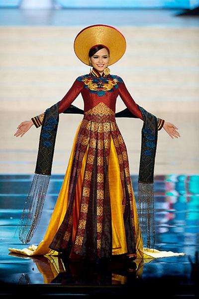 Hoa hậu Diễm Hương đem đến cuộc thi Hoa hậu Hoàn vũ 2012 bộ áo dài thổ cẩm