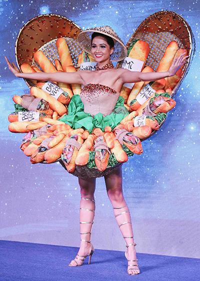 Trang phục dân tộc là một trong những phần thi được chờ đợi nhất tại Miss Universe. Các bộ váy áo được trình diễn góp phần giới thiệu nền văn hóa, biểu tượng hay đặc trưng quốc gia, lãnh thổ của thí sinh.