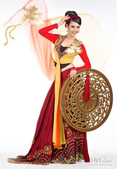 Quốc phục Việt Nam được Hoàng My mang đến Miss Universe 2011 là chiếc áo tứ thân được thiết kế tinh tế, để dù mớ ba mớ bảy nhưng vẫn khoe khéo được đôi chân dài và vòng eo thon của người đẹp.