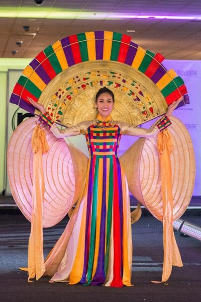 Năm ngoái, Nguyễn Thị Loan chọn bộ Hồn Việt của Nguyễn Hữu Bình. Thiết kế được lấy cảm hứng từ những hình ảnh truyền thống dân tộc Việt Nam như áo dài, nón lá, trống đồng. Trang phục có điểm nhấn là hai chiếc nón lá khổng lồ giống đôi cánh cách điệu, phần cánh quạt với họa tiết trống đồng.