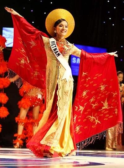Năm 2008, Việt Nam lần đầu cử đại diện tham gia Miss Universe. Hoa hậu Thùy Lâm trình diễn áo dài của nhà thiết kế Thuận Việt. Nhà thiết kế Thuận Việt đã đầu tư và chuẩn bị rất kỹ càng cho bộ áo dài đặc biệt từ trước. Anh tỉ mỉ trang trí hơn 7.500 viên pha lê nhập khẩu từ Áo cùng 500 viên ngọc trai lên áo. Ngoài ra, trên thân hai con hạc thêu bằng chỉ dát vàng cũng được tô điểm bởi những hạt kim cương nhằm làm tăng độ lấp lánh. Thân mẫu Hoa hậu nhận xét, bộ áo dài theo kiểu dáng của Nam Phương Hoàng hậu này rất đậm chất truyền thống dân tộc và thể hiện được nét thanh cao, quý phái của người phụ nữ Việt.