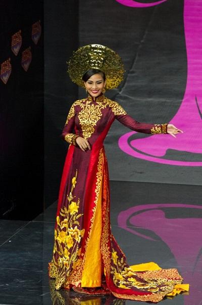 Ở Miss Universe 2013, Trương Thị May trình diễn áo dài lấy ý tưởng từ hoa sen của nhà thiết kế Thuận Việt. Màu sắc chủ đạo của quốc phục là vàng đồng và đỏ sậm. Áo được thiết kế từ chất liệu lụa truyền thống Việt Nam điểm xuyết đá pha lê.