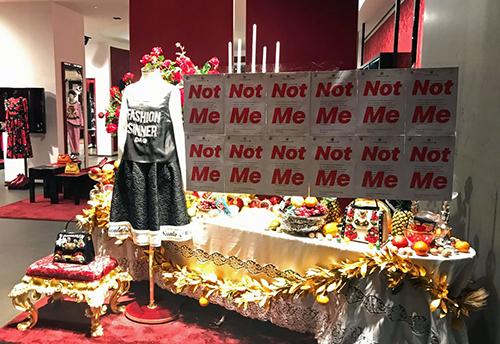 Thông điệp tẩy chay D&G được lan truyền khắp nơi tại các cửa hàng.