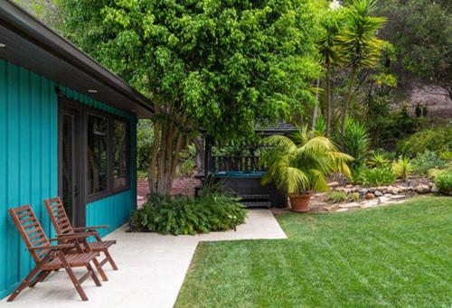 Tổ ấm của Miley Cyrus và Liam Hemsworth có bốn phòng ngủ, ba phòng tắm, phòng ăn mở ra ngoài sân vườn& Phía bên ngoài ngập tràn cây xanh với các khoảng sân vui chơi.