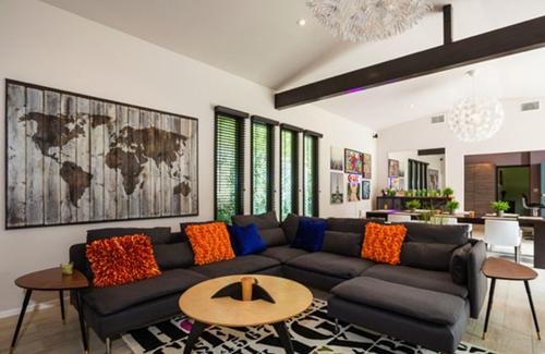 Phòng khách, phòng ăn và bếp thông nhau tạo cảm giác rộng rãi, ấm cúng.