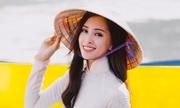 Tiểu Vy cột tà áo dài, đá cầu trong video gửi đến Miss World