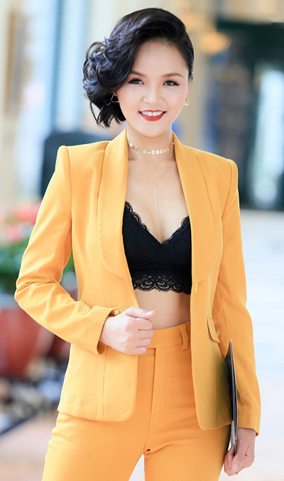 Ở nhiều sự kiện, Thu Quỳnh chuộng vest đơn sắc, kết hợp với bralette ren.