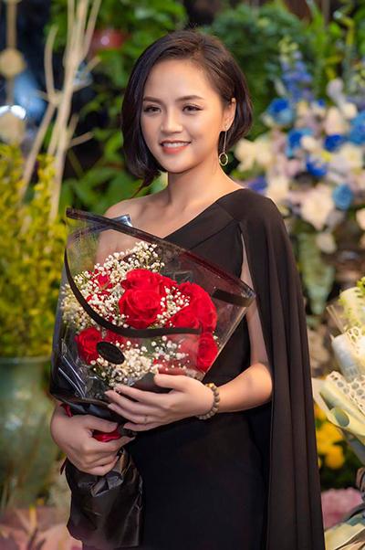 Ở những sự kiện từ thiện, cô mặc kín đáo hơn. Thu Quỳnh chọn đầm lệch vai màu đen lịch sự nhưng vẫn gợi cảm.