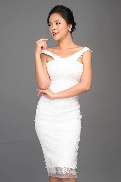 Váy body đơn sắc cũng được cô tận dụng, khoe số đo 84-62-93 cm. Cô biến tấu tóc ngắn thành nhiều kiểu tóc như uốn xoăn một bên, là cụp, búi nửa... để phù hợp với trang phục.