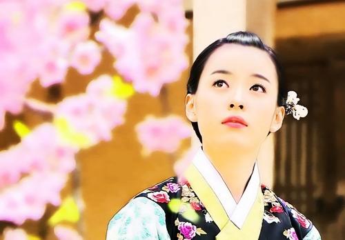 Năm 2008, Han Hyo Joo xuất hiện trong bộ phim cổ trang ăn khách - Huyền thoại Iljimae của đài SBS. Cô thủ vai Eun Chae - tiểu thư nhà giàu, nhân hậu có mối tình khắc cốt ghi tâm với siêu trộm Iljimae (Lee Jun Ki đóng). Kết phim, Eun Chae khiến người xem thương cảm khi chưa một lần được nhìn thấy gương mặt thật đằng sau lớp mặt nạ sắt của ý trung nhân. Hyo Joo hóa thân thành tiểu thư nhân hậu Eun Chae - có mối tình khắc cốt ghi tâm với siêu trộm Iljimae (Lee Jun Ki đóng). Diễn viên ghi dấu với vẻ đẹp dịu dàng, đôi mắt có hồn.  Cảnh Eun Chae đứng ngắm hoa đào, tưởng nhớ mối tình sâu nặng với anh hùng thời loạn được fan yêu thích, chia sẻ nhiều trên các diễn đàn phim ảnh. Han Hyo Joo thật nổi bật khi diện hanbok truyền thống. Cảnh cô ấy khóc hay cười đều rất đẹp, như bước ra từ truyện tranh, độc giả Hong Seok Min viết trên Naver.  Iljimae x