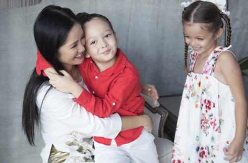 Hồng Nhung và hai con.