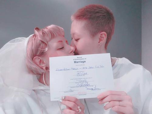 Ngô Trác Lâm (phải) và Andi khoe giấy chứng nhận kết hôn.