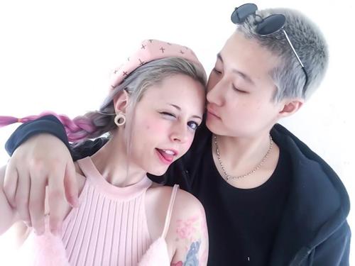 Ngô Trác Lâm (phải) và bạn đời đồng giới.