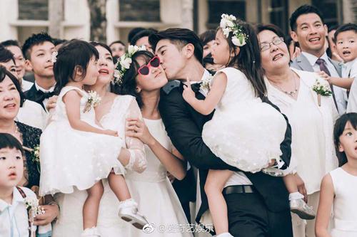 Gia đình Giả Tịnh Văn và người thân, bạn bè dự đám cưới.