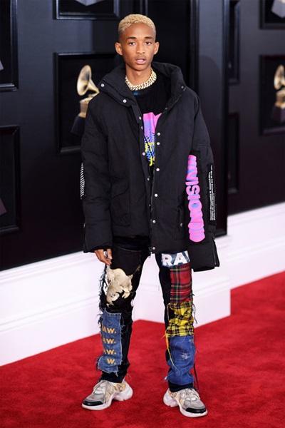 Jaden trong phong cách hip hop cùng quần chắp vá.