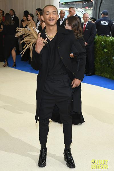 Ở Met Gala 2017, với chủ đề phong cách avant garde, trong khi nhiều ngôi sao chọn những bộ đồ có cấu trúc kỳ quái, phức tạp, Jaden chọn cả cây đen tối giản. Sự sáng tạo nằm ở chỗ anh dùng chính mái tóc mới cắt của mình làm phụ kiện cầm tay.