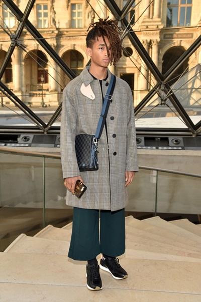 Không có chiều cao nổi trội (1,74 m), Jaden vẫn chinh phục nhiều kiểu quần áo quá khổ, dài rộng lượt thượt nhờ nắm chắc tỷ lệ trong quy tắc ăn vận.Đến dự show LV, anh ghi điểm với áo khoác dài và kiểu quần loe cắt cộc.