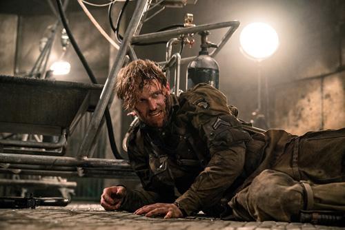 Diễn viên Wyatt Russell trong vai hạ sĩ Ford.
