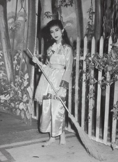 Thanh Nga năm tám tuổi. Có mẹ là bà bầu Thơ - người sáng lập đoàn Thanh Minh Thanh Nga huyền thoại, cố nghệ sĩ tiếp xúc với sân khấu từ thuở bé.
