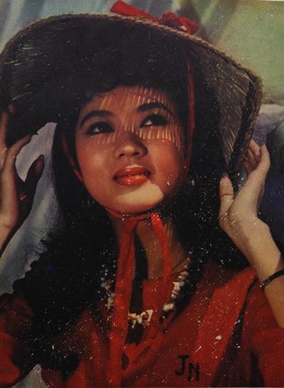 Thanh Nga năm 18 tuổi. Lối ăn mặc, trang điểm của bà giống đa phầncô đào thời bấy giờ: đánh phấn và kẻ chân mày đậm, tô son bóng tôn nét đẹp giàu sức sống của mộtthiếu nữ mới lớn.