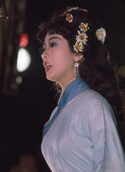 Thanh Nga đảm nhận vai đào chánh trong vở Người đẹp Bạch Hoa Thôn năm 1960 của soạn giả Hoàng Khâm.