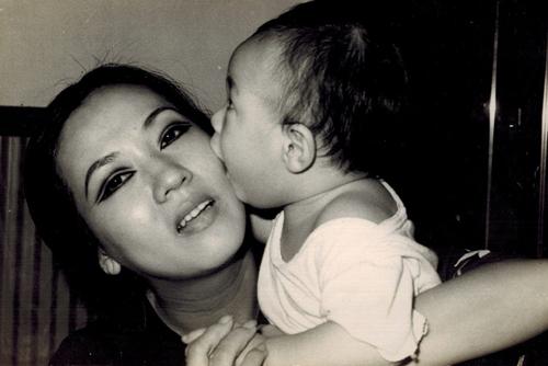 Thanh Nga kết hôn lần đầu năm 1967. Cuộc hôn nhân sớm tan vỡ. Hai năm sau, ở tuổi 27, nghệ sĩ tái hôn với soạn giảPhạm Duy Lân.Năm 1973, bà sinh con trai và đặt tên là Hà Linh, sau này trở thành diễn viên hài. Trong ảnh là mẹ con Thanh Nga năm 1974.
