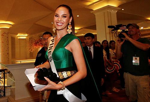 Năm 2016, sau gần 5 năm thử sức với nghề người mẫu, Catriona Gray đăng ký dự thi Miss World Philippines.