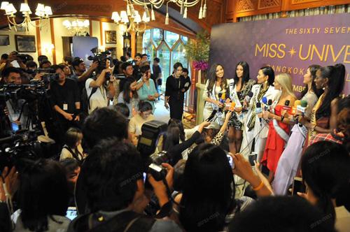 Chiều 29/11, buổi họp báo đầu tiên của Miss Universe 2018 được tổ chức với sự tham gia của một số thí sinh đến Thái Lan sớm như Philippines, Australia, Mỹ, Nam Phi, Việt Nam. Các người đẹp trả lời câu hỏi của báo giới Thái Lan, giao lưu cùng khán giả và gặp gỡ nhau lần đầu tiên sau nhiều ngày liên lạc qua mạng xã hội.