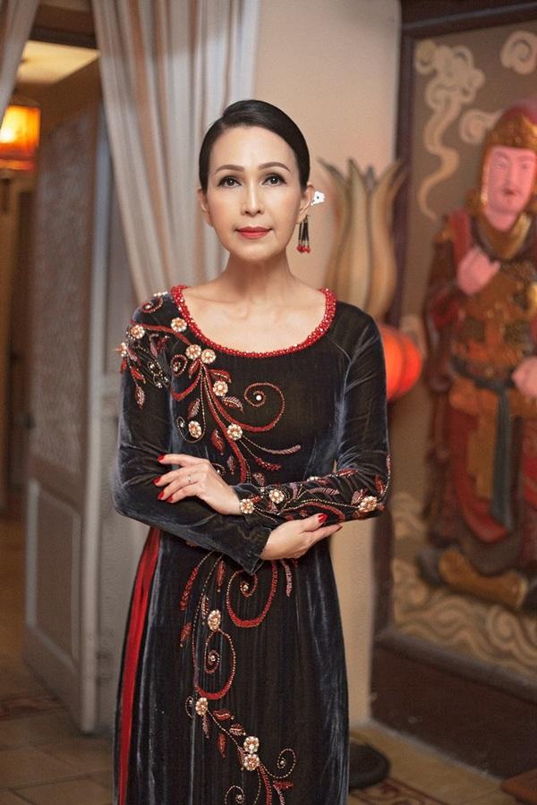 Diễm My tôn nét đẹp tuổi 56 với áo dài nhung