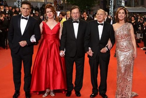Lars von Trier (giữa) cùng dàn diễn viên trong buổi ra mắt tác phẩm ở Cannes.