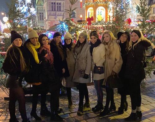 Thời tiết ở Wroclaw dưới 3 độ nên hầu hết thí sinh mặc áo khoác dày, thêm mũ để giữ ấm. Năm nay cuộc thi có hơn 70 đại diện các quốc gia và vùng lãnh thổ.