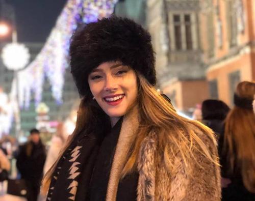 Hoa hậu Argentina giữ ấm bằng mũ và áo choàng lông.