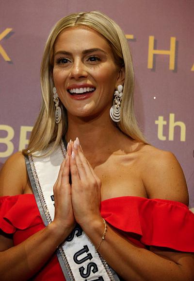 Hoa hậu Mỹ mặc váy hạ vai, chào khán giả theo phong cách Thái Lan.Sarah Summerssinh năm 1994, là người mẫu, cao 1,65 m. Cô tốt nghiệp Texas Christian University với hai bằng đại học.