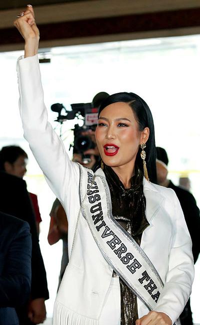 Đại diện nước chủ nhà Thái Lan đảm nhận vai trò đón tiếp và dẫn dắt các thí sinh.