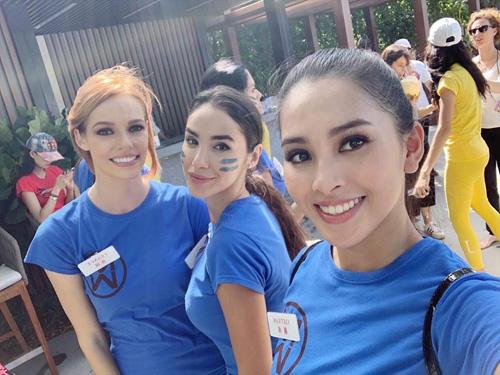 Trần Tiểu Vy cùng các thí sinh của đội xanh trước giờ thi đấu.