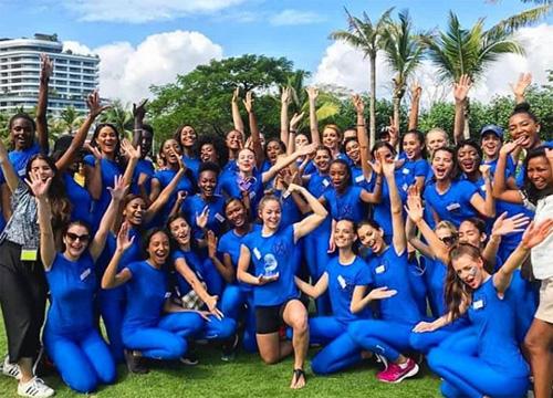 Hoa hậu Tiểu Vy được phân vào đội xanh dương, tham gia các thử thách ngoài trời cùng thí sinh nhiều quốc gia. Hoa hậu Mỹ (quần đen ở giữa)thuộc đội của Tiểu Vy, giành giải cá nhân.