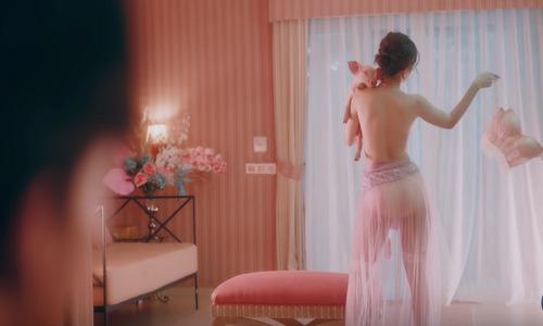 Chi Pu có nhiều cảnh cởi đồ và hành động khêu gợi trong MV.