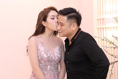 Người đẹp liên tục hôn chồng.