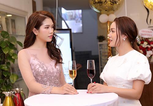 Ngọc Anh chọn bộ váy trắng peplum với kiểu tay phồng cổ điển, còn Thùy Dương gây ấn tượng với váy xuyên thấu.
