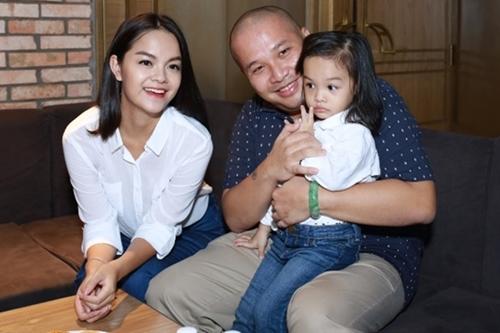 Phạm Quỳnh bên chồng cũ và con gái đầu.
