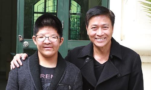 Diễn viên Quốc Tuấn (phải) và con trai. Anh khoe Bôm mới chỉnh hàm nên gương mặt cân đối hơn.