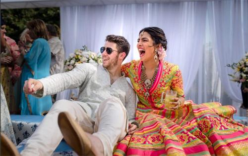 Nick Jonas cũng đăng ảnh hạnh phúc bên vợ lên trang cá nhân và viết lại câu mà Priyanka Chopra đã chia sẻ.