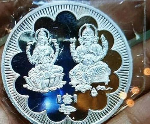 Đồng xu bạc được cặp sao tặng khách dự đám cưới. Lễ cưới truyền thống theo đạo Hindu sẽ diễn ra ngày 2/12. Cô dâu chú rể mặc trang phục của Ấn Độ - do Sandeep Khosla và Abu Jani thiết kế.