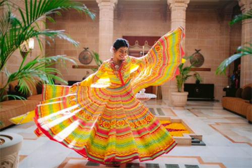 Theo People, Nick Jonas và Priyanka Chopra đã làm đám cưới theo phong cách phương Tây ngày 1/12 với bố của Nick - ông Paul Kevin Jonas Sr. - làm chủ hôn. Hôn lễ được tổ chức bên trong lâu đài Umaid Bhawan. Cả hai trao nhẫn cưới thương hiệu Chopard cho nhau.