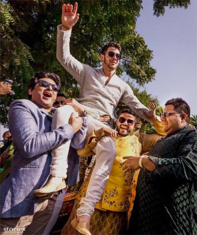 Trang NDTV của Ấn Độ cho biết cô dâu, chú rể và toàn bộ khách mời đều mặc đồ của nhà thiết kế Ralph Lauren trong đám cưới kiểu phương Tây.