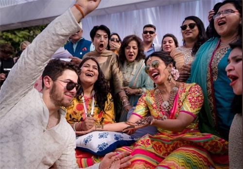 Ngay sau khi kết thúc nghi thức của Kito giáo, Priyanka Chopra đăng hình ảnh vợ chồng cô trong lễ Mehendi - nghi thức truyền thống của các cô dâu Ấn Độ, diễn ra vào buổi chiều ngày cưới. Hoa hậu Thế giới 2000 chia sẻ: Một trong những điều đặc biệt nhất là mối quan hệ của chúng tôi được thắt chặt bởi gia đình, những người luôn yêu, tôn trọng đức tin, văn hoá của đôi bên. Họ còn lên kế hoạch làm đám cưới tuyệt vời của chúng tôi. Phần quan trọng nhất trong đám cưới của mỗi cô gái Ân Độ là lễ Mehendi. Chúng tôi thực hiện theo kiểu của mình khi để lễ diễn ra buổi chiều, cũng là cách khởi động đám cưới mà chúng tôi từng mơ về.