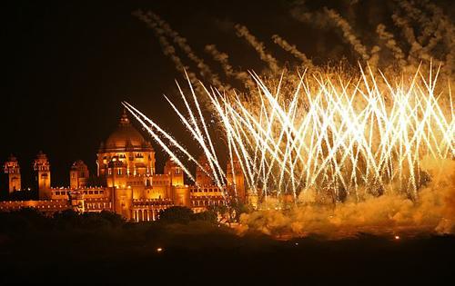 Khi lễ cưới kết thúc, pháo hoa bắn khắp cung điện Umaid Bhawan.